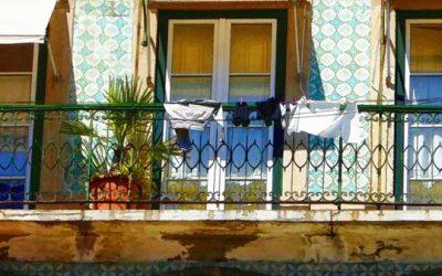 Sacudir tapetes e outros à varanda ou janela